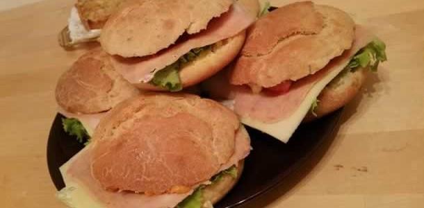 Sandwichs maison avec des pains aux herbes